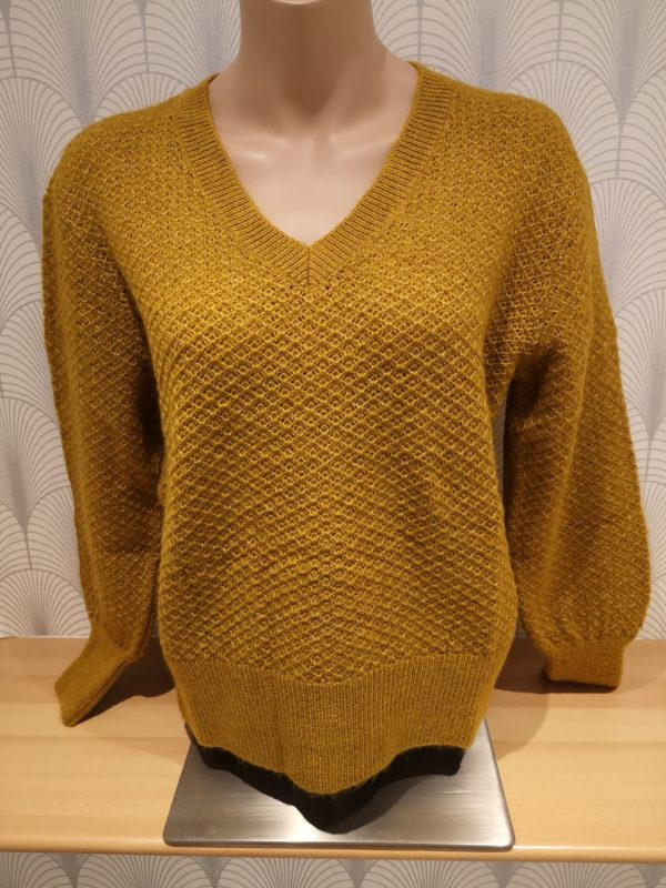 pull col v manches longues. coloris ocre.